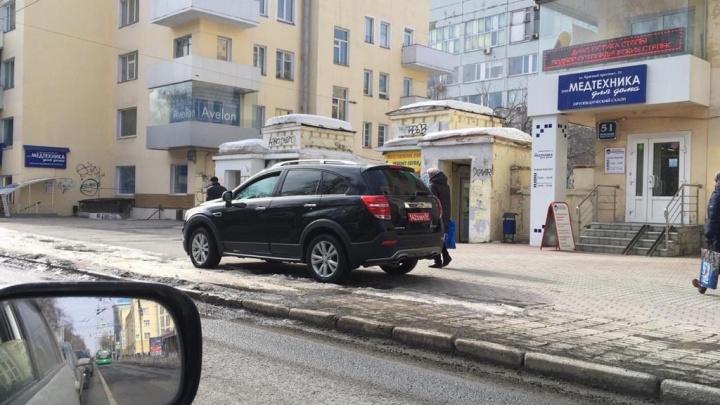 Внедорожник с дипломатическими номерами припарковался на тротуаре Красного проспекта