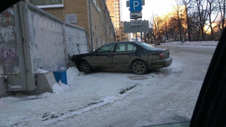 «Похоже, успел отпраздновать»: в центре Екатеринбурга водитель «припарковал» машину в забор