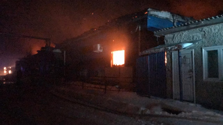 Более 300 коров едва не погибли во время крупного пожара на мясокомбинате под Сухим Логом