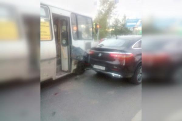 Водитель гнал по бордюру, а потом въехал в автомобили