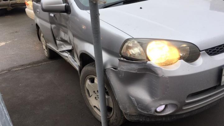 Автомобиль вытолкнуло на тротуар после ДТП на Холодильной: пострадала девушка