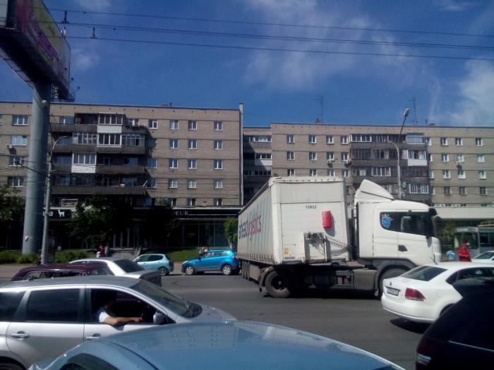 Фура перекрыла Красный проспект в районе метро «Гагаринская» (фото)