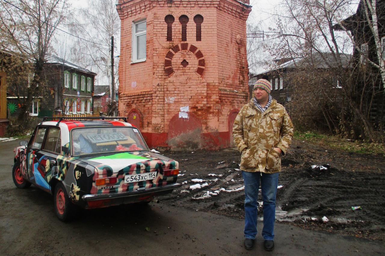 Художник Юрий Ушаков стал широко известен в Новосибирске как владелец особых «Жигулей» — «паукомобиля», который в итоге угнали, разобрали на запчасти и продали