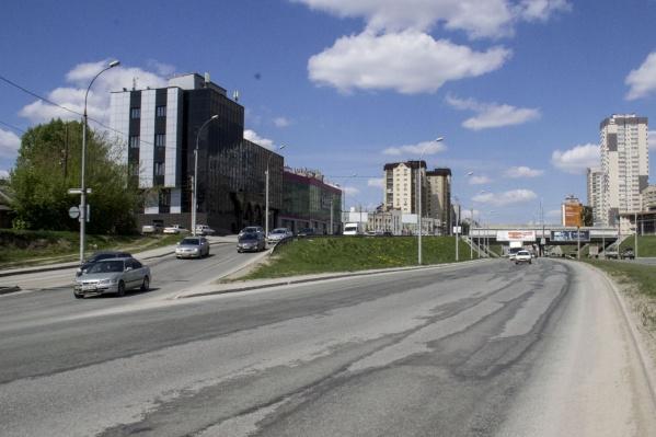 Водитель ехал по ул. Ипподромской, на мосту мотоцикл врезался в отбойник и перелетел через дорожное ограждение