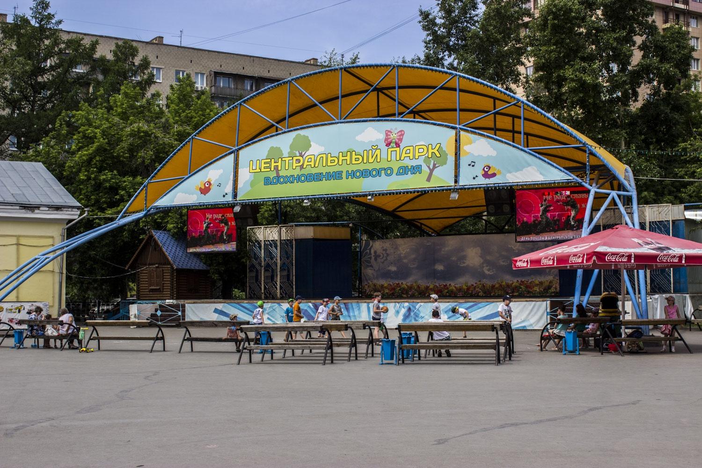 """Сцена стояла в парке много лет — на ней часто выступали местные музыканты, а также Родион Газманов — <a href=""""https://news.ngs.ru/more/51228401/"""" target=""""_blank"""" class=""""_"""">он поздравлял новосибирцев с юбилеем области</a>"""