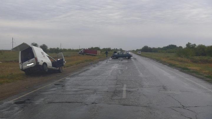 Водитель «Москвича» на трассе в Волгоградской области вытолкал «Запорожец» навстречу фуре