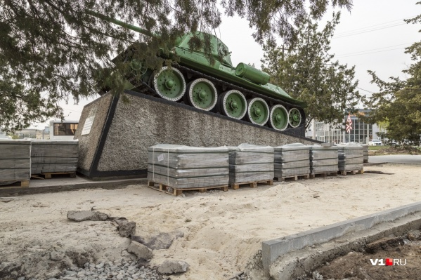 У памятника легендарному танку благоустраивают территорию