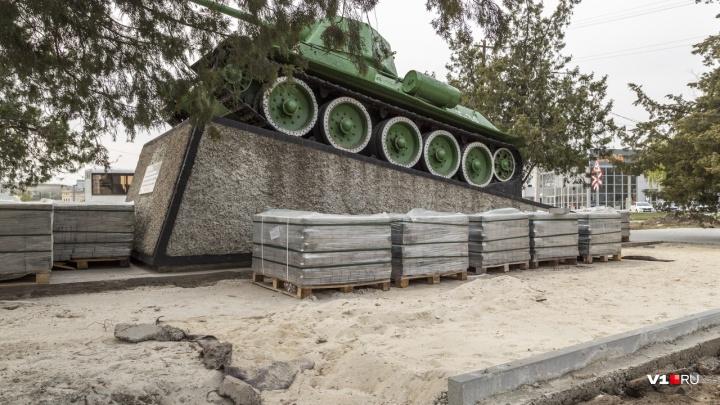 В Волгограде начали благоустраивать сквер у памятника танку Т-34 у Судоверфи