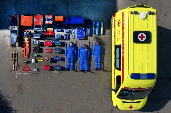 У врачей получилось очень оригинальное фото — наглядно видно, что хранится в автомобиле скорой помощи