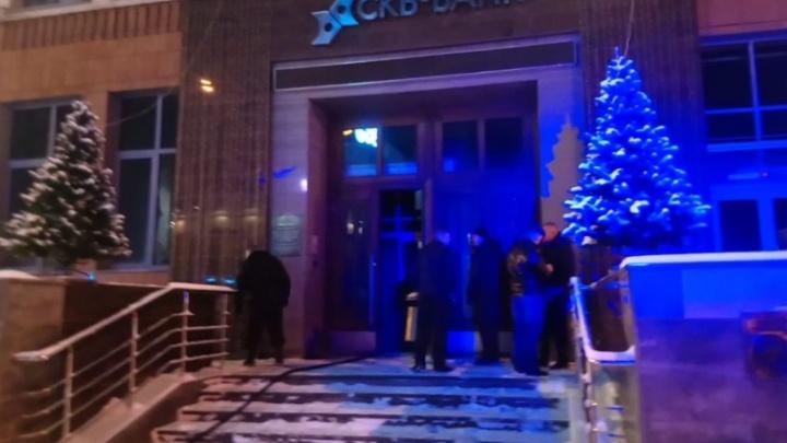 После ночного пожара головной офис СКБ-банка пришлось закрыть из-за сильного запаха гари