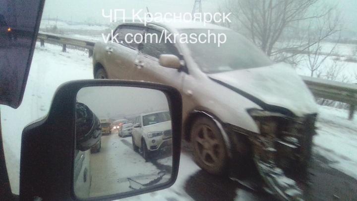 Ледовое побоище: 4 автомобиля разбились на Северном шоссе и спровоцировали гигантскую пробку