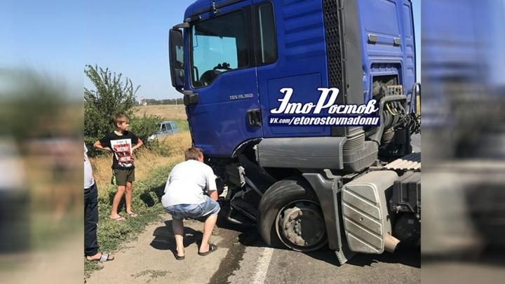 Под Ростовом столкнулись «Нива» и грузовик: прицеп перекрыл трассу