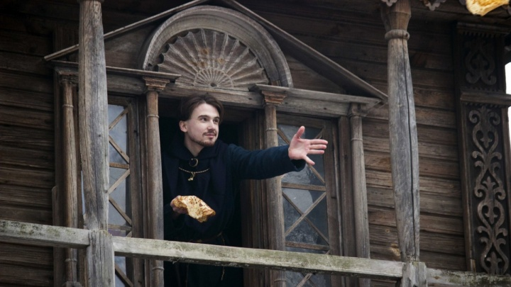 Фото дня. На Щелоковском хуторе кидались блинами, провожая Масленицу