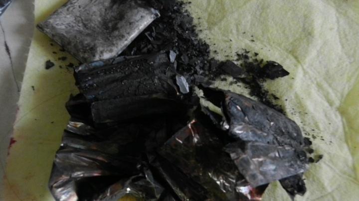 «Был хлопок. Вспыхнула книжная полка»: в Тюмени из-за взрыва смартфона едва не загорелась квартира