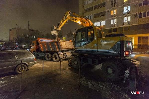 Коммунальщики работают на недавно отремонтированной улице Козловской