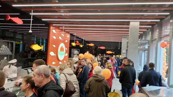 Тысяча новосибирцев простояли в очереди в надежде получить бесплатную икру и селёдку