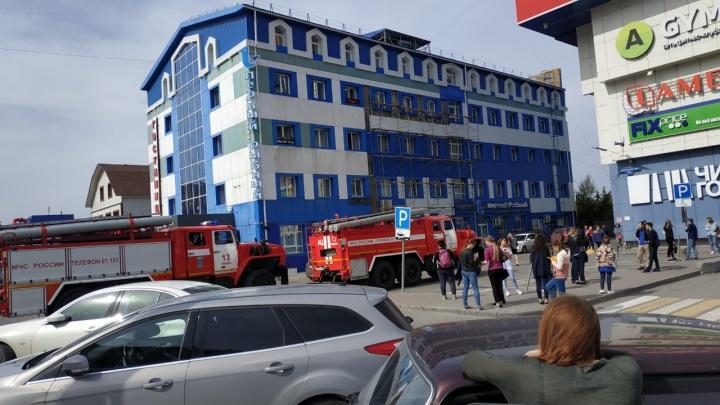 В Тюмени эвакуировали торговый центр из-за запаха гари