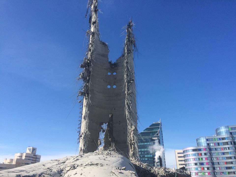 От башни остался толстый полукруглый огрызок.&nbsp;Его половину — ту, что со стороны Исети, — в падении просто снесла летящая вниз верхняя часть<br>