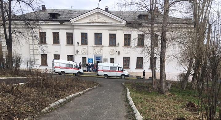 «Курили какую-то смесь»: в Первоуральске двух девятиклассниц увезли из школы на скорой