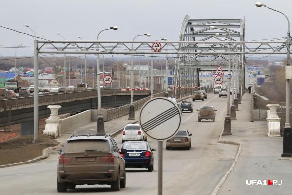 По мосту по-прежнему ездят машины, но большинство водителей мост объезжает