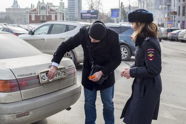 Автоинспекторы попросили водителей оттереть грязные номера на машинах