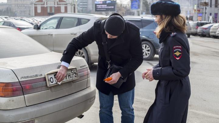 Автоинспекторы раздали водителям грязных машин влажные салфетки