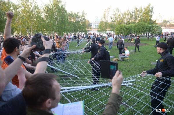 Забор по периметру сквера установили рано утром 13 мая, а уже вечером противники строительства храма его опрокинули
