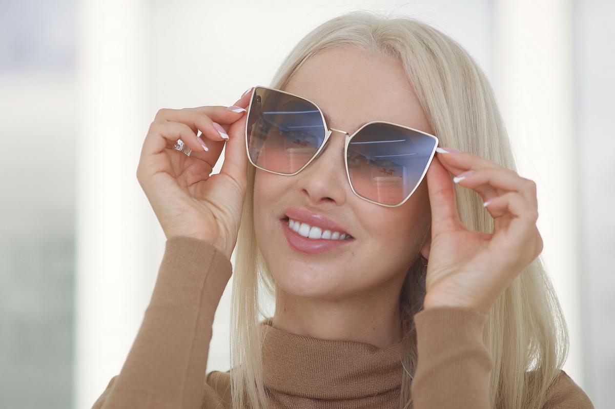 В этой модели от Fendi сразу несколько трендов: оверсайз, сочетание модных цветов и нестандартная форма
