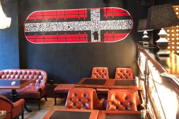 Копию граффити разместили в баре на стене, чтобы не оскорбить верующих