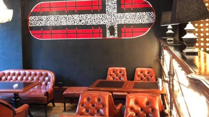 «Напакостил и сбежал»: в екатеринбургском баре испортили копию креста Покраса Лампаса