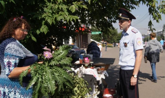 Полицейские пришли с проверками к торговцам с остановок на Высотной и Тотмина
