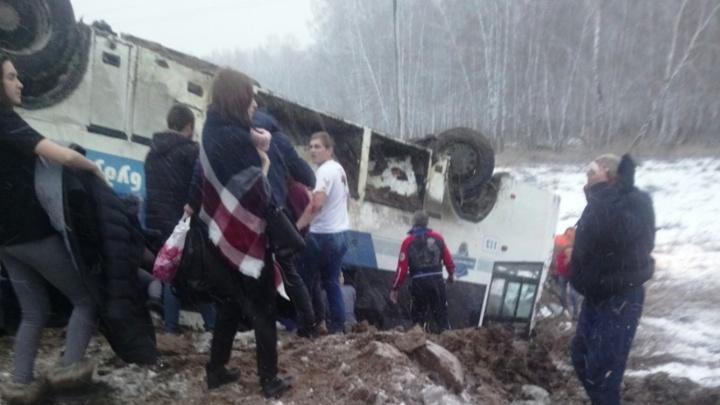 В Саргатском районе перевернулся автобус с 45 пассажирами
