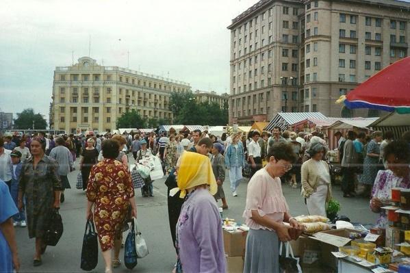 30 лет назад на площади Революции вовсю торговали продуктами