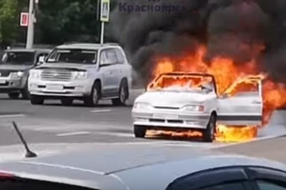 Момент пожара, когда владелец авто уже отошел в сторону и звонил по телефону