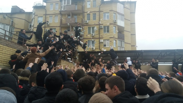 «Это вообще не деньги, всё по хайпу»: в Волгограде блогер звал «раненых» после кидания купюр — видео