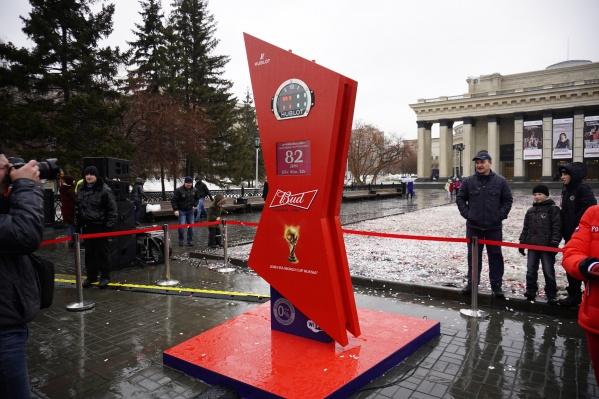 На площади Ленина установили трёхметровые часы, показывающие, сколько осталось времени до чемпионата мира по футболу