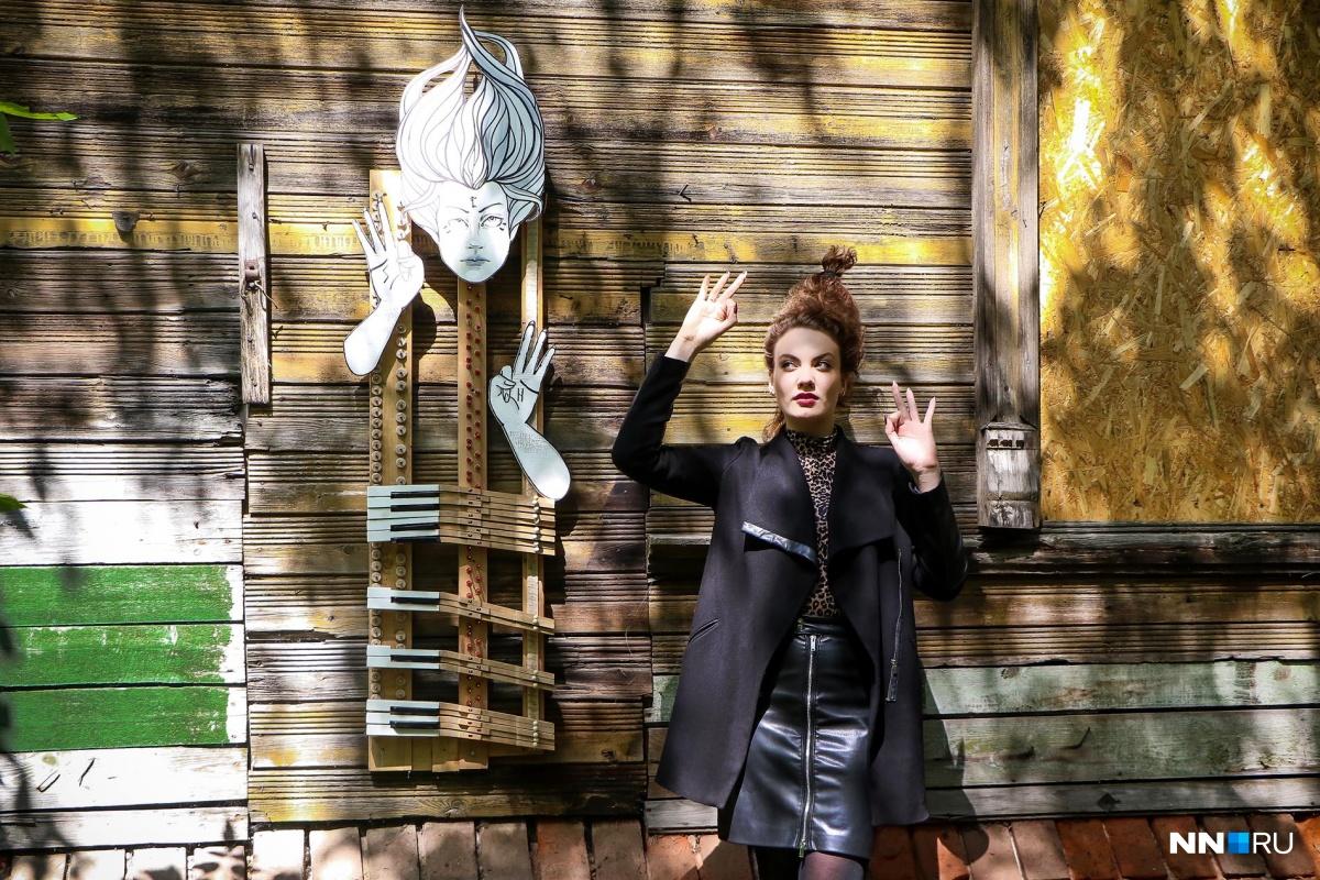Новый арт-объект расположен на стене заброшенного дома