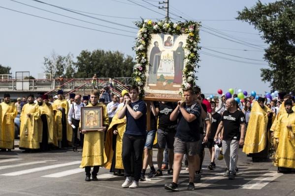 В прошлом году участники молодёжного крестного хода тоже несли во главе шествия икону святых Петра и Февронии