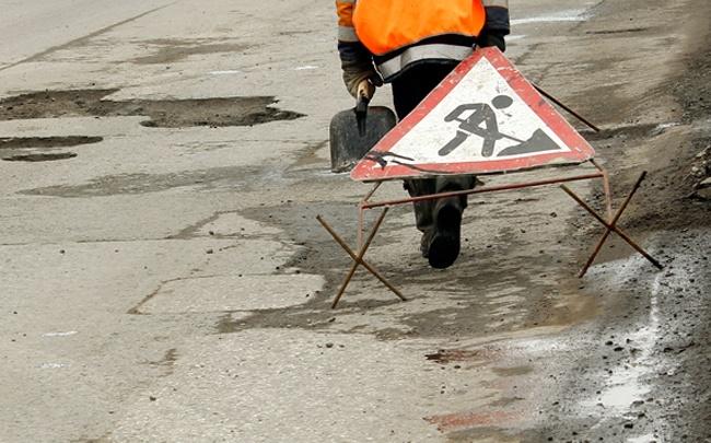На трассе в Омской области сбили дорожного рабочего