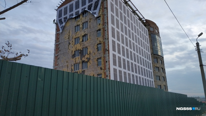 Перед приездом Путина на фасадах омских зданий появились баннеры с «окнами» и «балконами»