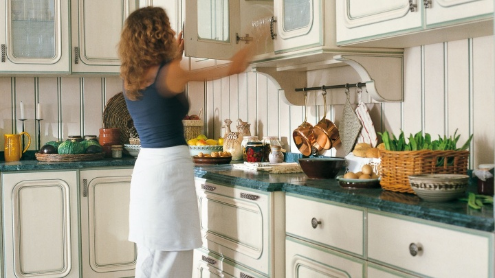 Весь март при заказе кухни можно получить в подарок обеденную группу
