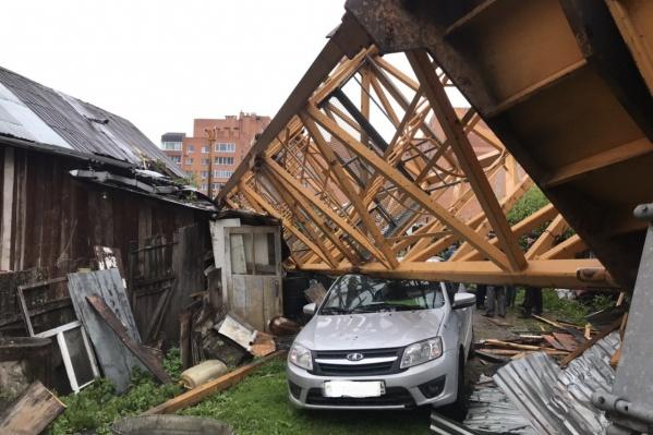 От падения крана пострадала женщина, несколько домов и одна машина