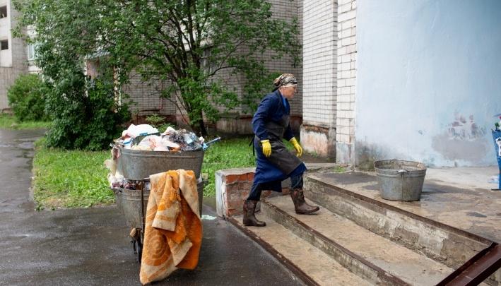 «Ноги и руки уже трясутся»: чиновники устроили уборщице ад, заставив вынести девять этажей мусора