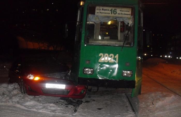 Иномарка заехала под трамвай левой передней частью