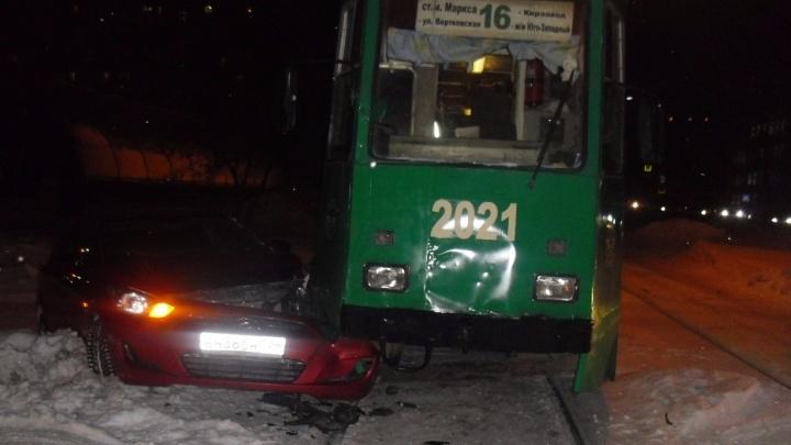Красный Hyundai заехал под трамвай напротив «Дома радио»