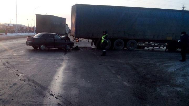 В Башкирии грузовик протаранил легковушку