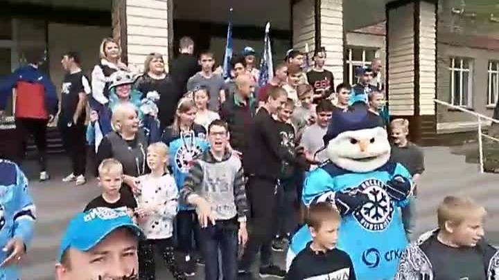 Болельщики «Сибири»подарили детскому дому игровую приставку и сертификат на мороженое