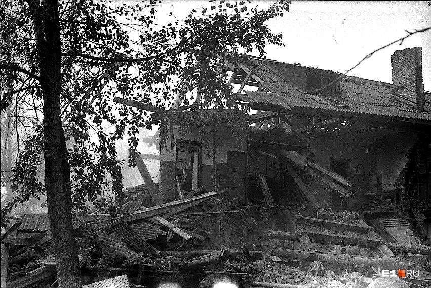Дома, стоявшие рядом со станцией, и вовсе разрушились. Их жильцам выдавали ордера на новые квартиры на Синих камнях. Такой ордер выдали и Владимиру Жулдыбину