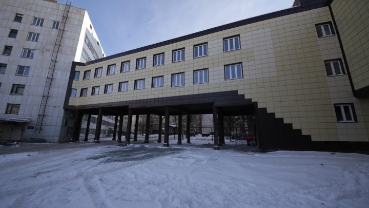 «Чтобы не по улице бегали»: в челябинской больнице детский корпус соединили с операционной переходом