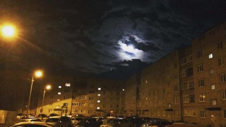 Ночной Красноярск озарила таинственная Луна